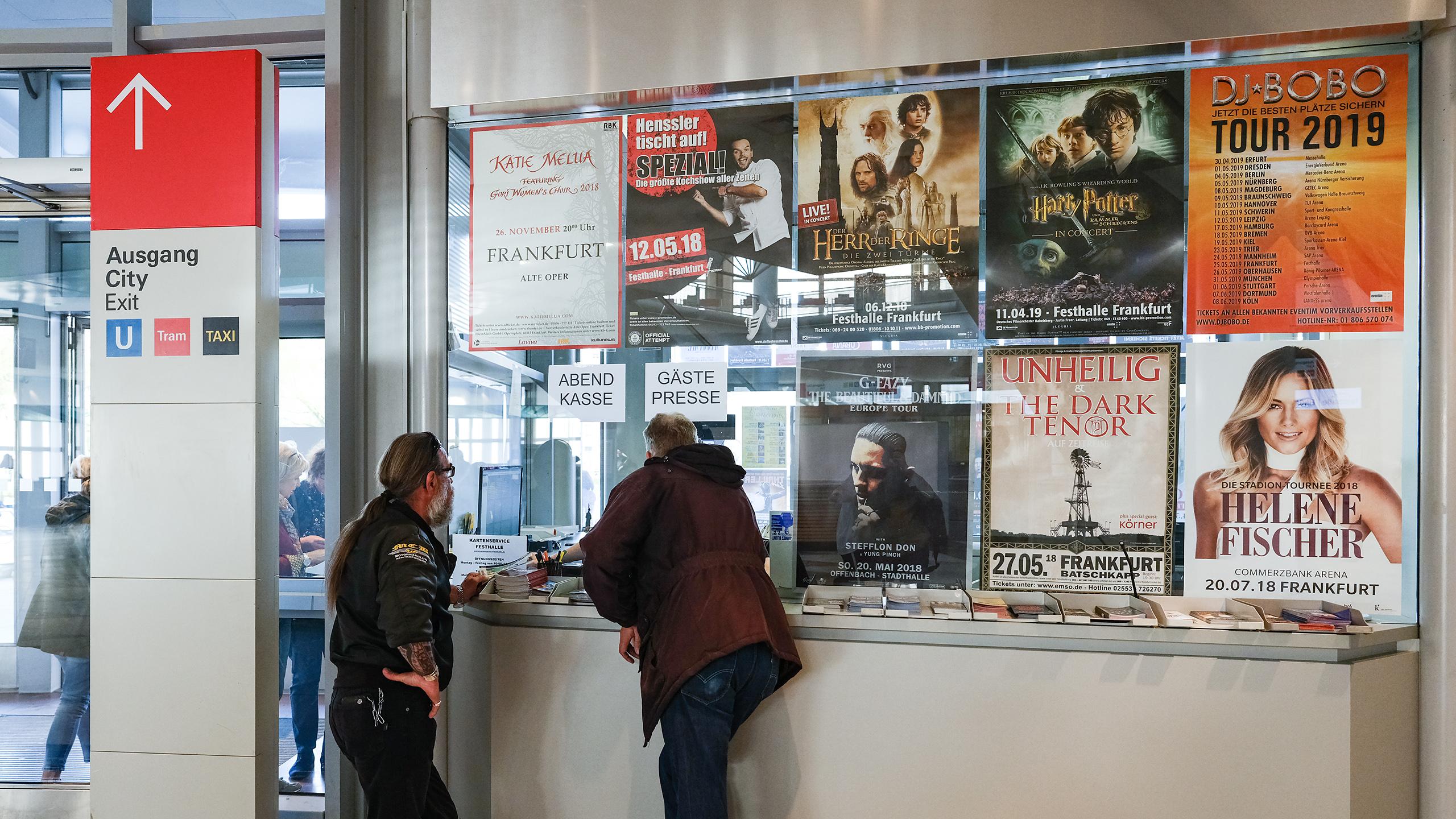 Besucher der Festhalle Frankfurt